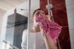 Czym umyć kabinę prysznicową ze szkła? Poznaj skuteczne sposoby